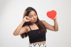 Asiatin traurig und Schrei mit rotem Herzen stockbild