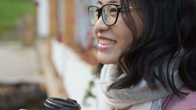 Asiatin trinkt Kaffee und lacht stock video footage