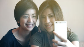 Asiatin zwei, die Foto, selfie unter Verwendung des Handys macht Stockbilder