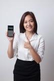 Asiatindaumen oben mit Taschenrechner Lizenzfreies Stockbild
