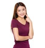 Asiatinfingerpunkt zu ihren Zähnen Stockfotografie