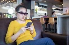 Asiatingebrauchshandy im Café stockfoto