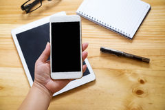 Asiatinhand, die intelligentes Telefon mit weißem leerem leerem scre hält Stockfoto