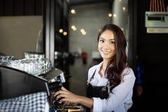 Asiatinnen Barista, der Kaffeemaschine Kaffeestube in der anti- Kleinunternehmernahrung und -getränk berufstätiger Frau lächelt u lizenzfreies stockbild