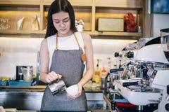 Asiatinnen Barista, der Kaffeemaschine Kaffeestube in der anti- Kleinunternehmernahrung und -getr?nk berufst?tiger Frau l?chelt u stockbilder