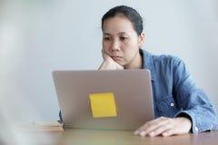 Asiatinnen denken im Büro, Frau werden betont mit Arbeit stockfotografie