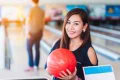 Asiatinnen, die Bowlingspiel spielen Lizenzfreie Stockfotografie