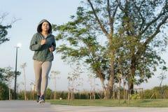 Asiatinnen, die morgens Garten, gesunden Lebensstil und Sportkonzept rütteln stockfotos