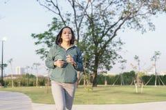 Asiatinnen, die morgens Garten, gesunden Lebensstil und Sportkonzept r?tteln stockfoto