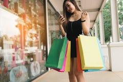 Asiatinnen, die Smartphone und Mitteilung zur Freundschaft nach sho verwenden lizenzfreies stockfoto