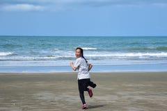 Asiatinnen läuft mit Aufregung in das Meer lizenzfreie stockbilder