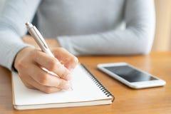 Asiatinnen nehmen Kenntnisse mit einem Stift im Büro, die Geschäftsfrau, die an Tabelle arbeitet stockfotos