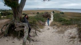 Asiatinnen und Asiatisch-amerikanische Tochter am Strand im North Carolina lizenzfreies stockfoto
