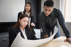 Asiatinnen und Manningenieure, die Geschäftsprojekt und Inspektion besprechen stockbilder