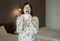 Asiatinniesen weil Verschmutzung im Schlafzimmer, junge weibliche erhaltene Nasenallergie lizenzfreie stockfotografie