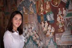 Asiatinporträt mit alter thailändischer Wandmalerei und Dekorum lizenzfreies stockbild