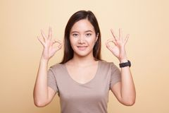 Asiatinshowdoppeltes O.K.-Handzeichen und -lächeln Lizenzfreie Stockfotografie