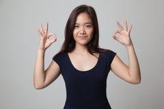 Asiatinshowdoppeltes O.K.-Handzeichen und -lächeln Stockbilder