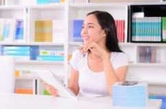 Asiatinstudent glücklich mit Telefon Stockfotos