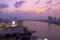 Asiatique contre le fleuve Chao Phraya au crépuscule Photographie stock