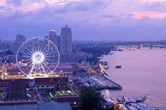 Asiatique contre le fleuve Chao Phraya au crépuscule Images libres de droits