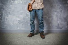 Asiatique de jeune homme de voyageur avec le sac en cuir photographie stock