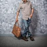 Asiatique de jeune homme de voyageur avec le sac en cuir images stock