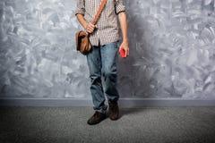 Asiatique de jeune homme de voyageur avec le sac en cuir photographie stock libre de droits