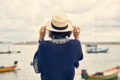 Asiatique de jeunes femmes utilisant un chapeau, vue de sac à dos de voyage du fi image stock