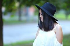 Asiatique féminin merveilleux de chapeau photographie stock