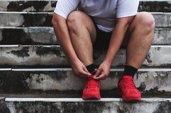 Asiatique Guy Tying Running Shoe, se préparant au fonctionnement au poids perdant Image libre de droits