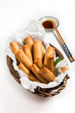 Asiatique traditionnel Fried Spring Rolls avec de la sauce d'accompagnement Photographie stock libre de droits