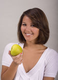 Asiatisch-Amerikanisches Mädchen isst einen Apfel stockfotografie