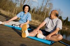 Asiatische ältere Paarübung Stockbilder