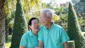 Asiatische ältere Paare, die im Park sich entspannen Stockfoto