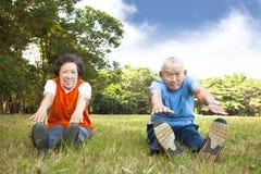 Asiatische ältere Paare im Park stockfotos