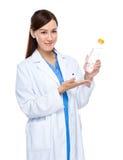 Asiatische Ärztingriff-Wasserflasche Lizenzfreies Stockbild