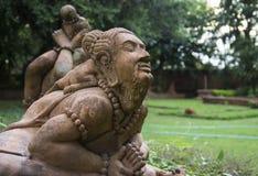 Asiatische übende Yogastatue des alten Mannes Stockbild