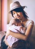 Asiatische allein erziehende Mutter und Tochter Stockbilder