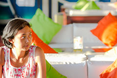 Asiatische allein stehende Frau, die in ein Café allein warten sitzt stockbild