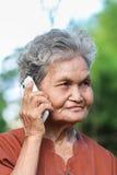 Asiatische alte Frau, die am Handy spricht Lizenzfreies Stockbild
