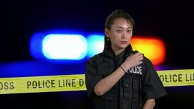 Asiatische amerikanische Polizeibeamtin, die Polizeiradio verwendet stock video