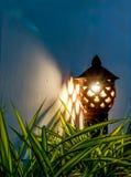 Asiatische Arttonwaren-Gartenlampe auf der Nacht lizenzfreie stockfotos
