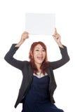 Asiatische aufgeregte Show des Büromädchens ein leeres unterzeichnen vorbei ihren Kopf Stockfotografie