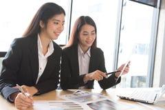 Asiatische Büroangestelltdiskussion Stockfoto
