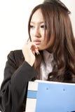 Asiatische Bürodame im schwarzen Klage Faltblatt in der Hand Lizenzfreie Stockfotografie