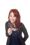 Asiatische Büromädchen-Grifflupe vor ihrem und smil Lizenzfreies Stockbild