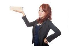 Asiatische Büromädchen-Lächelnshow ein Kasten auf ihrer Hand Lizenzfreie Stockbilder