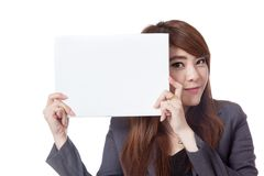 Asiatische Büromädchenshow ein leeres Brett nahe bei ihrem Gesicht Lizenzfreie Stockfotos