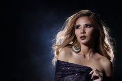 Asiatische blonde Welle Haar-Frau, offene Schultern des Porträts mit purpl Stockfotos